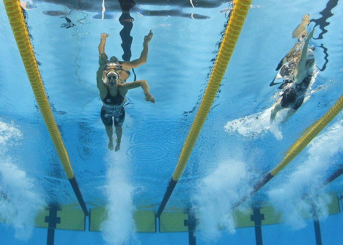 (L-R) Federica Pellegrini of Italy and Camille Muffat of France compete in the women's 400m Freestyle Final during the FINA Swimming World Championships in Shanghai, China on 24 July 2011.  ANSA/PATRICK B. KRAEMER