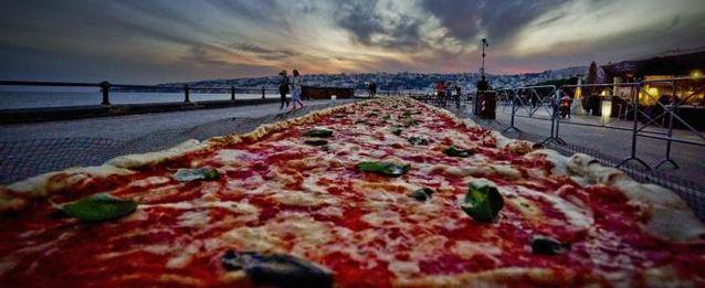 Record raggiunto in serata per la pizza da Guinness di due chilometri realizzata sul lungomare Caracciolo a Napoli, 19 maggio 2016. ANSA /CIRO FUSCO
